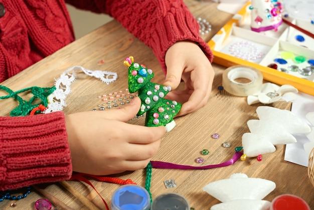 Kinder machen dekorationen für neujahrsferien