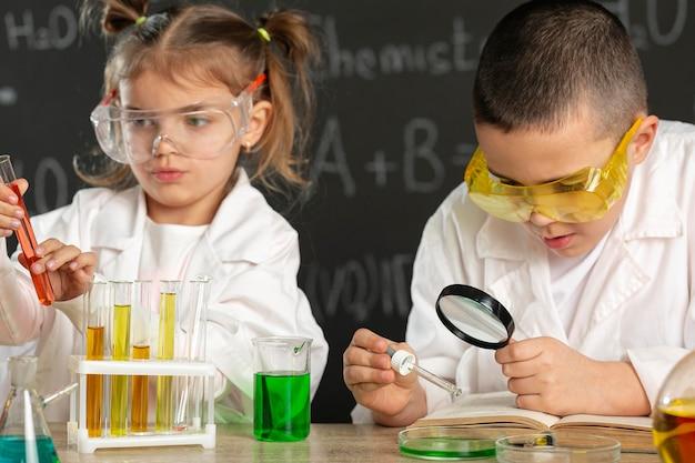 Kinder machen experimente im labor