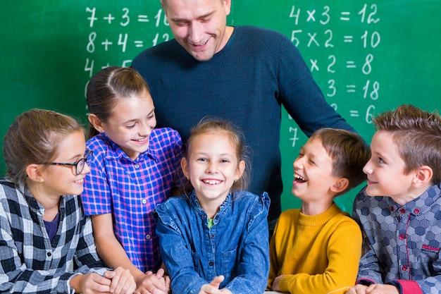 Kinder machen mathematik in der grundschule.