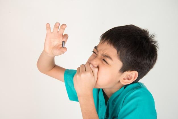 Kinder medizin geben, junge versuchen, pillen medizin zu schlucken