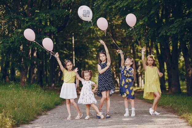 Kinder mit ballons