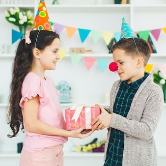 Kinder mit einem geschenk an einem geburtstag