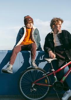 Kinder mit fahrrädern draußen
