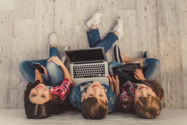 Kinder mit gadget