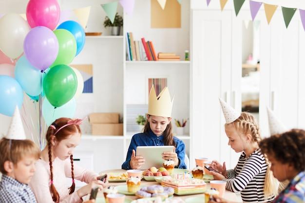 Kinder mit gadgets auf der party