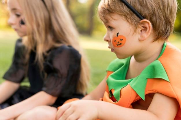 Kinder mit kostümen