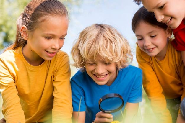 Kinder mit lupe hautnah