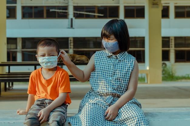 Kinder mit maske zum schutz vor dem coronavirus