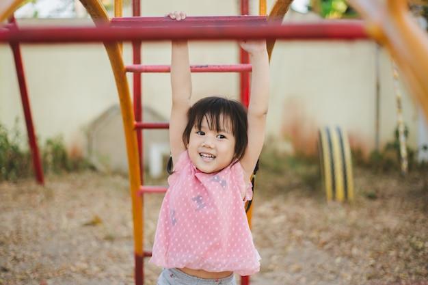 Kinder mit neurologischen entwicklungsstörungen wie aufmerksamkeitsdefizit-hyperaktivitätsstörung spielen.