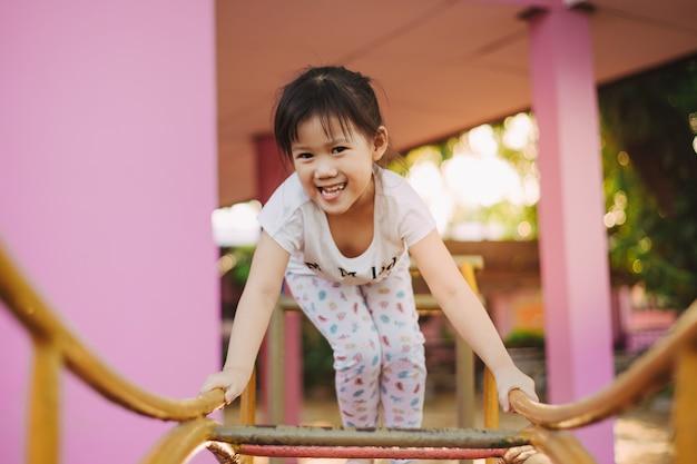 Kinder mit neurologischen entwicklungsstörungen wie aufmerksamkeitsdefizit-hyperaktivitätsstörung