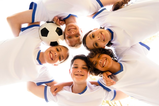 Kinder mit niedrigem winkel in sportbekleidung, die nach unten schauen