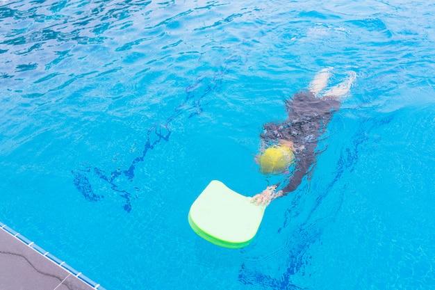 Kinder mit schwimmunterricht. kind schwimmen im unterricht lernen.