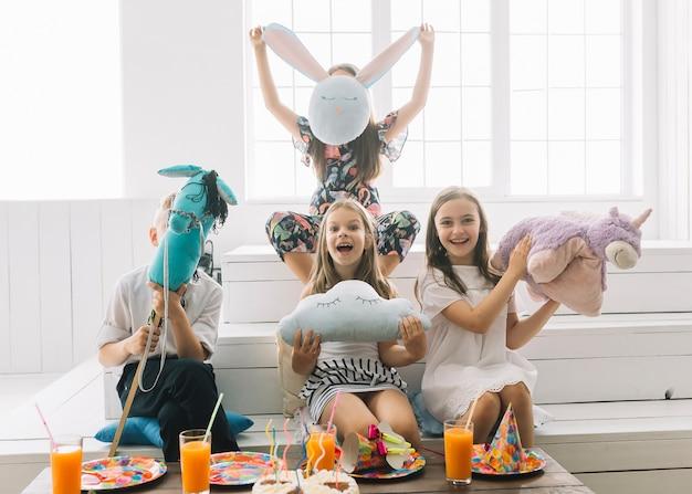 Kinder mit spielwaren, die spaß auf geburtstagsfeier haben
