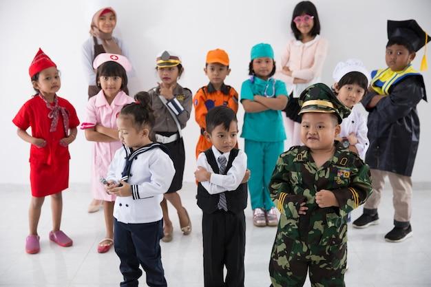 Kinder mit vielfältiger multiberufsuniform