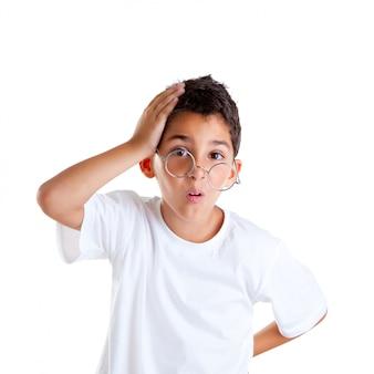 Kinder-nerd-kinderjunge mit brille und dummem ausdruck lokalisiert auf weiß