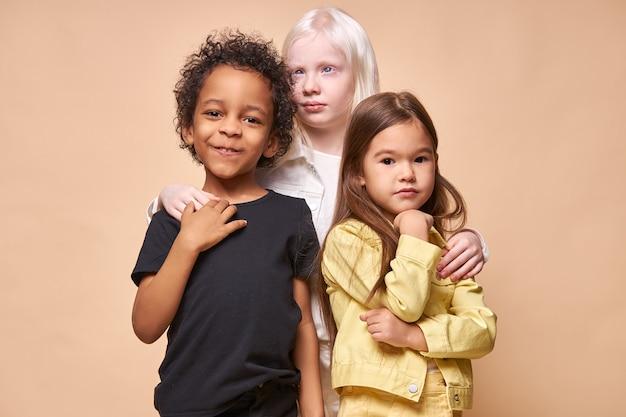 Kinder pflegen toleranz und freundlichkeit gegenüber anderen nationen, freundschaftskonzept
