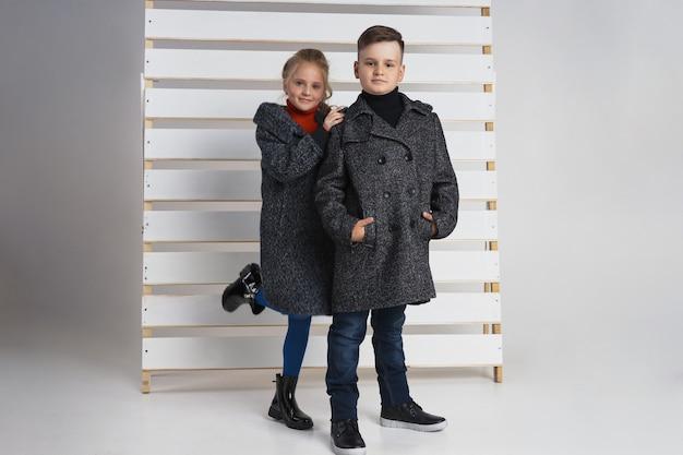 Kinder posieren mit kleidung herbstkollektion