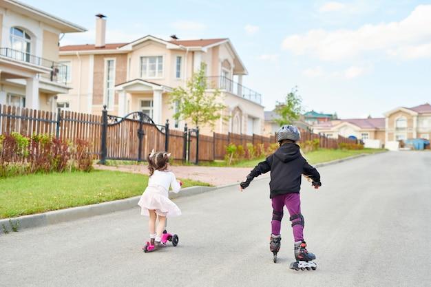 Kinder reiten in der straße