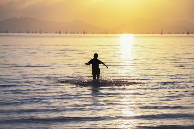 Kinder rennen ins meer