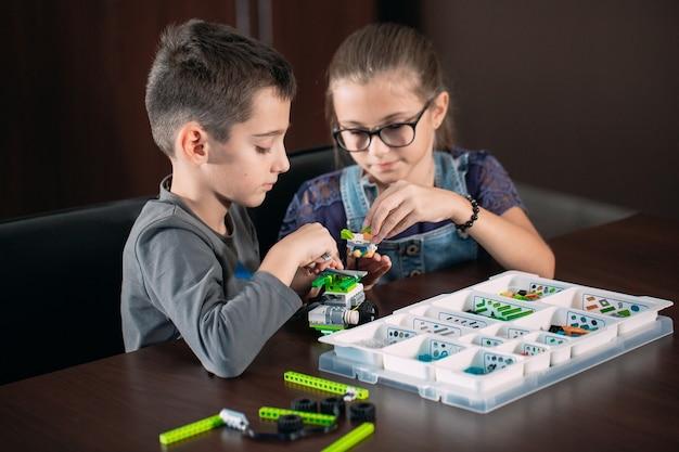 Kinder schaffen roboter mit lehrer.