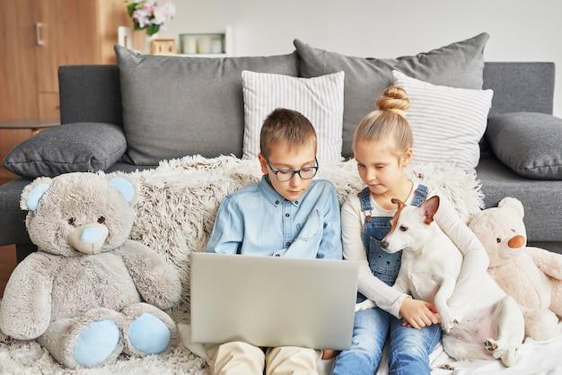 Kinder schauen sich videos auf dem laptop an