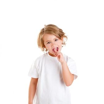 Kinder scherzen mit zahnschmerzen und finger in den schmerzzähnen auf weiß