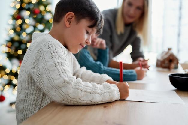 Kinder schreiben einen brief an den weihnachtsmann
