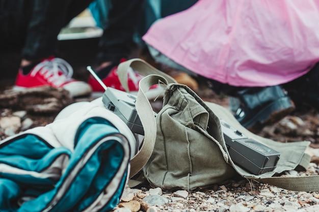 Kinder sind auf einem abenteuer- und campingplatz spazieren und spielen im wald. detail