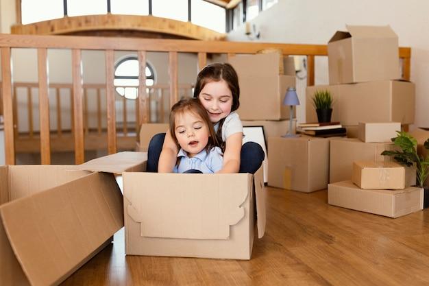 Kinder sitzen in der box voller schuss