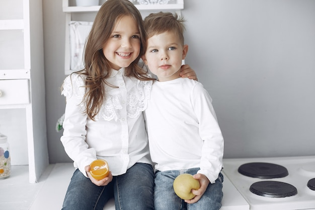 Kinder sitzen in einer küche zu hause