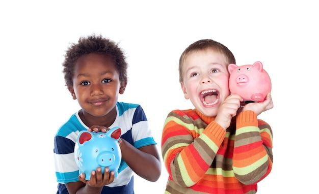 Kinder sparen mit ihrem sparschwein