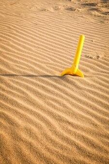 Kinder spielen am sandstrand