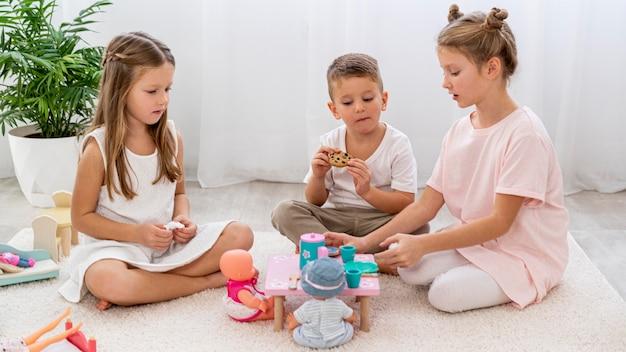 Kinder spielen ein geburtstagsspiel