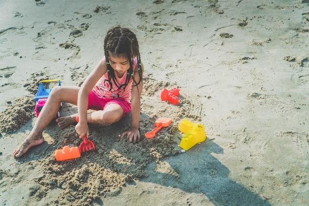 Kinder spielen fröhlich spielzeug am strand
