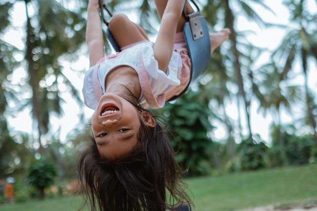Kinder spielen gerne auf dem spielplatz