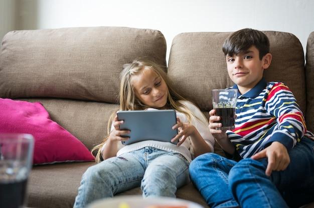 Kinder spielen gerne videospiele.