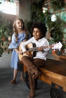 Kinder spielen gitarre