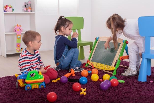 Kinder spielen im raum