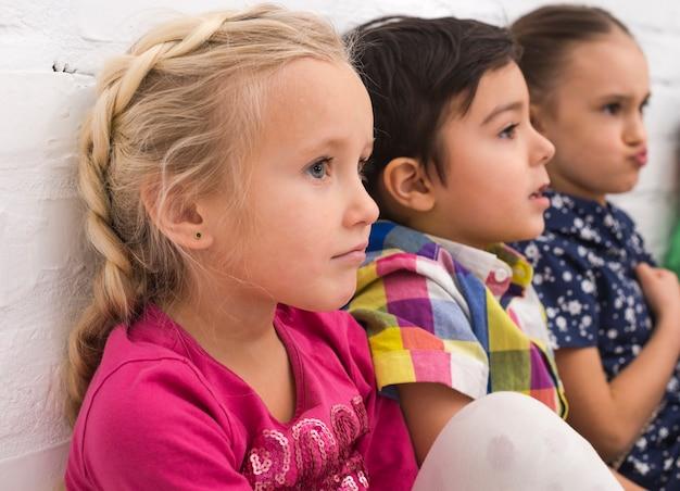 Kinder spielen in der gruppe