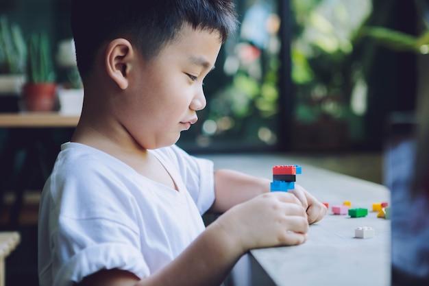Kinder spielen kinderspielzeug zu hause wohnzimmer