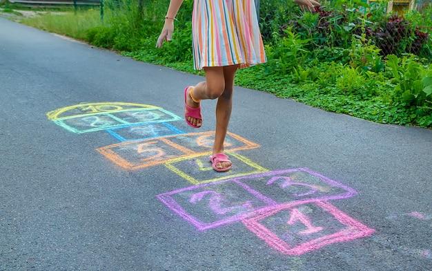 Kinder spielen klassiker auf der straße. selektiver fokus. kinder.