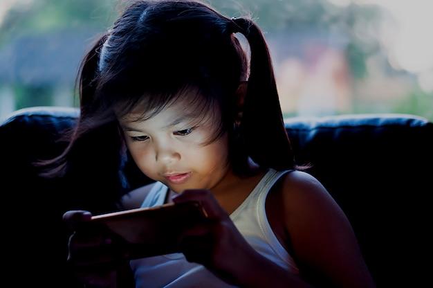 Kinder spielen lange mit handys.
