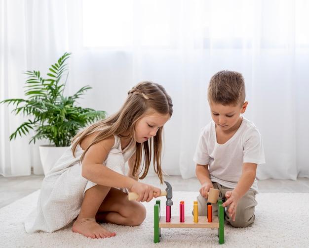 Kinder spielen mit buntem spiel