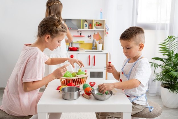 Kinder spielen mit einem kochspiel