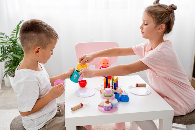 Kinder spielen mit einem teespiel