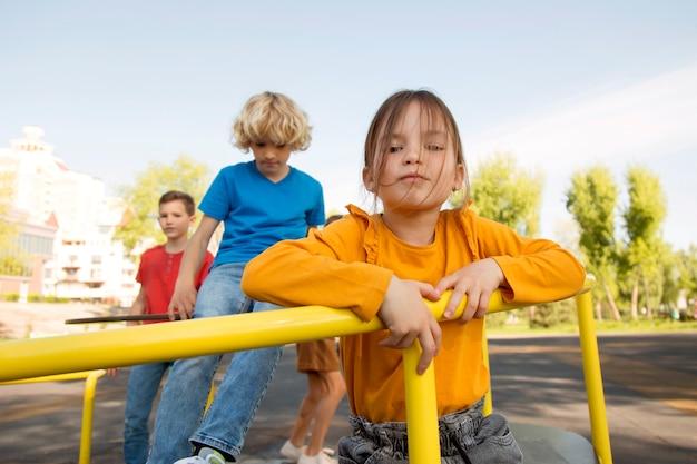 Kinder spielen mit mittlerem schuss
