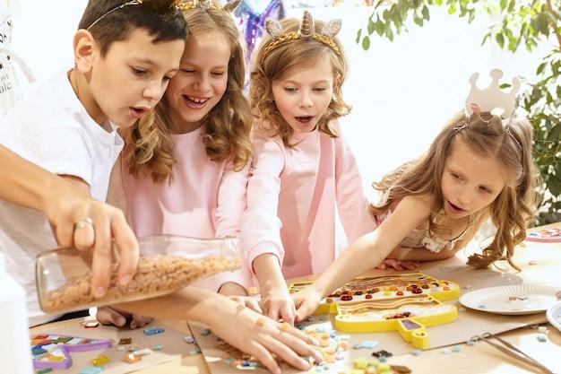 Kinder spielen mit mosaikpuzzle