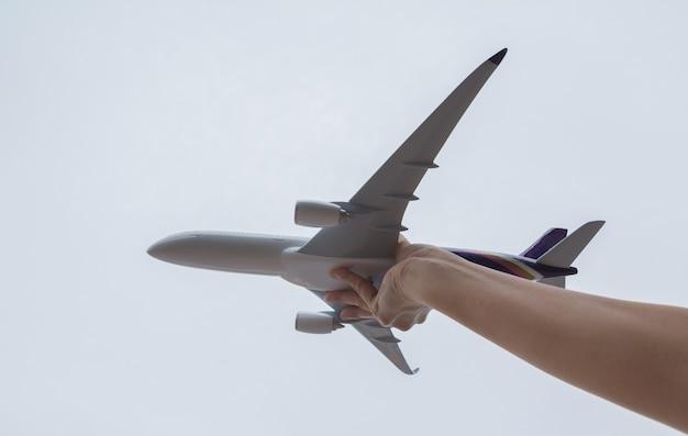 Kinder spielen mit spielzeugflugzeug zur tageszeit
