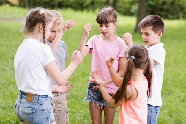 Kinder spielen stein schere papier