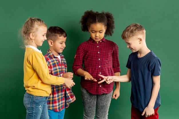 Kinder spielen steinschere papierspiel